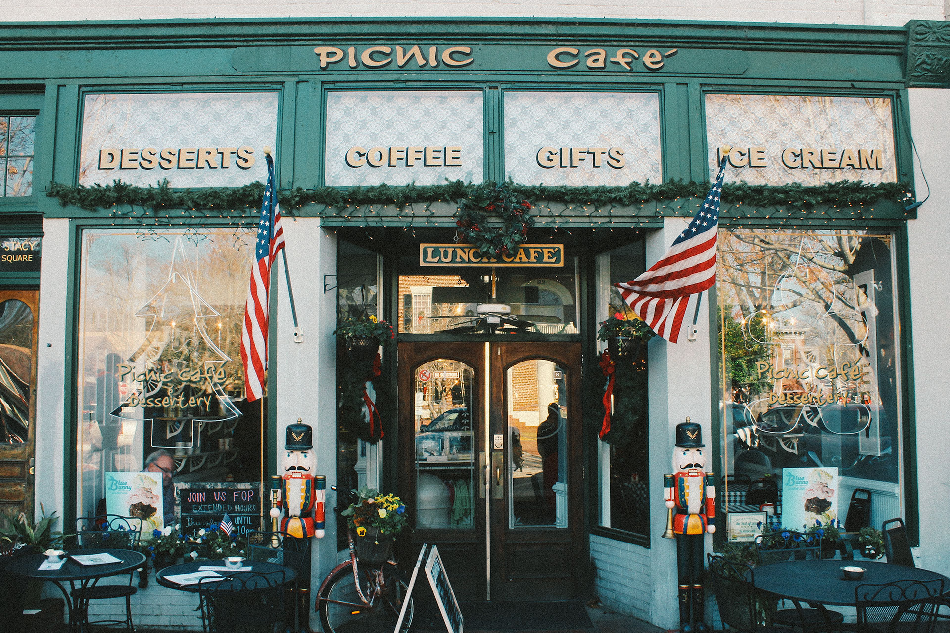 Warm and Americanized Atmosphere at the entrance of the Picnic Cafe