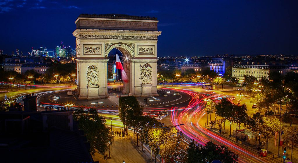picture of a tall structure in Paris with traffice lights around