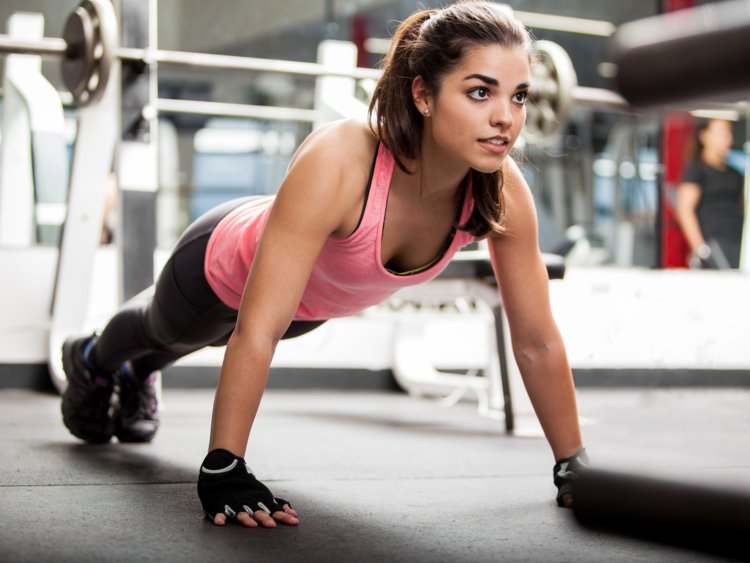 A lady in the gym doing a fitness routine