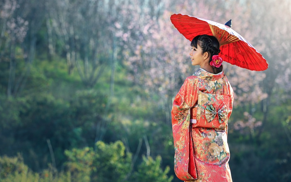 japanese woman using traditional clothing